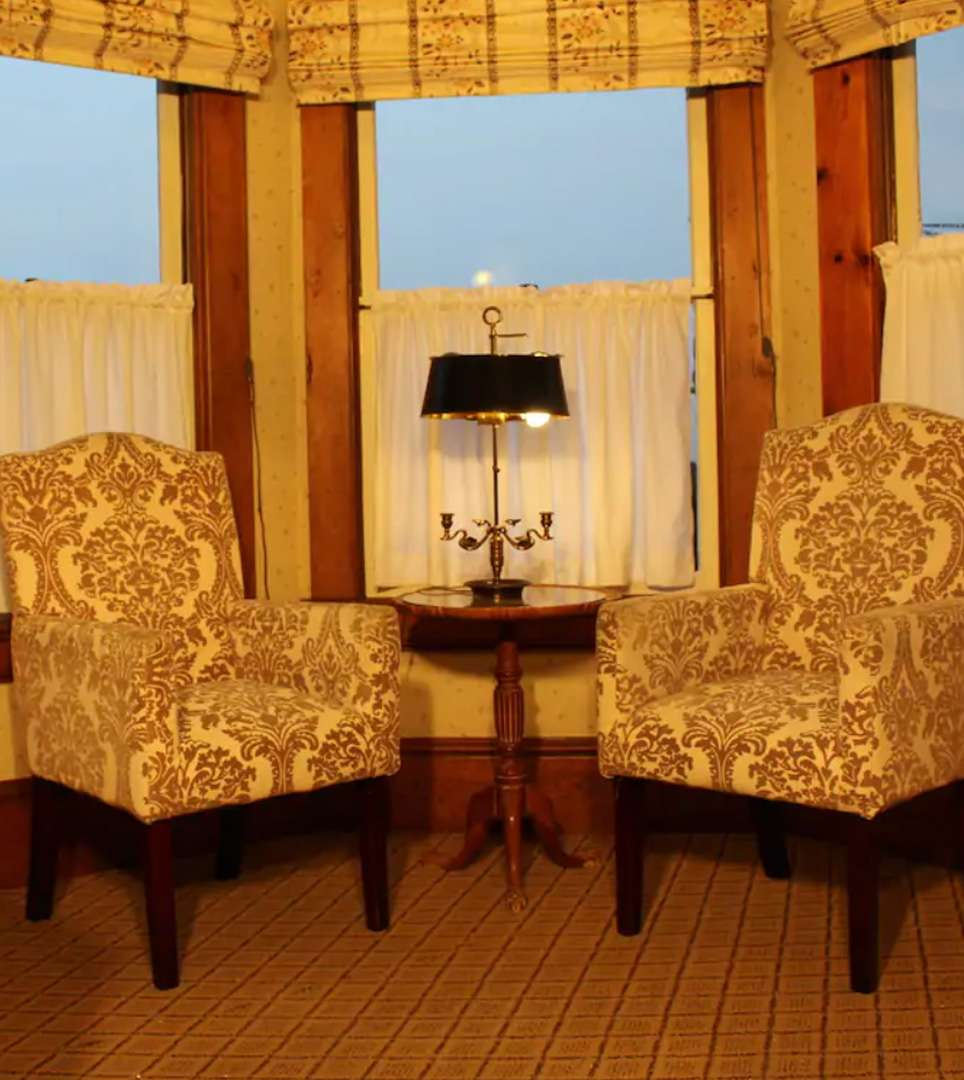 EXPLORE THE AMENITIES AND SERVICES <span class='slidertext-bg1'> AT THE PACIFIC GROVE INN </span>