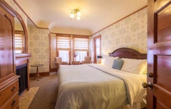 Pacific Grove Inn - Kind Bed View