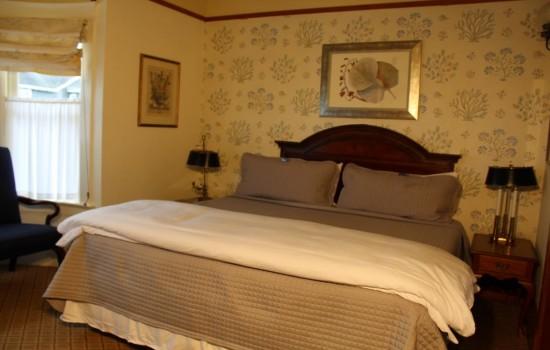 Pacific Grove Inn - Cozy Queen Room