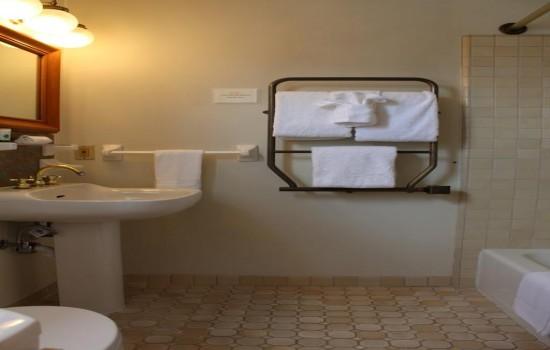 Pacific Grove Inn - Bathroom with towels
