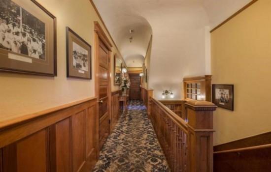 Pacific Grove Inn - Staircase