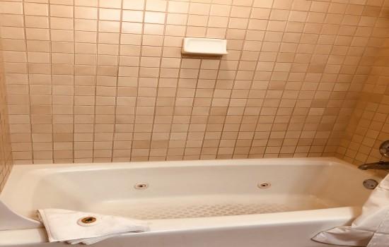 Pacific Grove Inn - Bath tub
